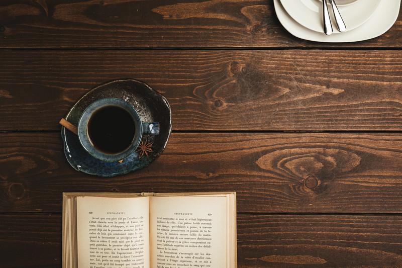 家でコーヒーを飲む画像